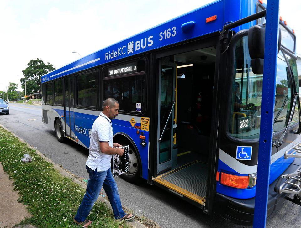 ミズーリ州カンザスシティのバス。 2019年12月、バス料金を廃止するための決議が可決されました...