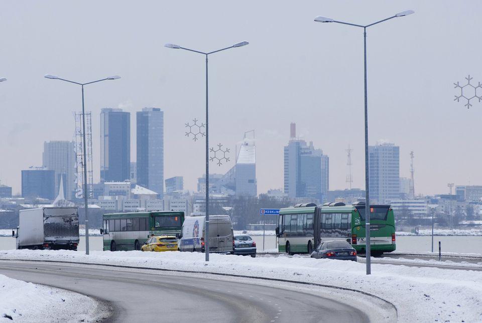 エストニア、タリンを横断するバス。 2013年1月1日、この都市はヨーロッパで最初の首都になりました...