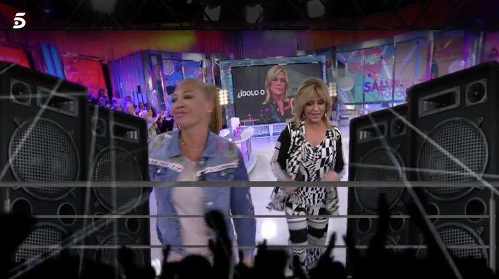 Lydia Lozano y Belén Esteban celebran el resultado de la encuesta de 'Sálvame'.