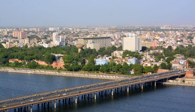 Une vue aérienne de la ville d'Ahmedabad en