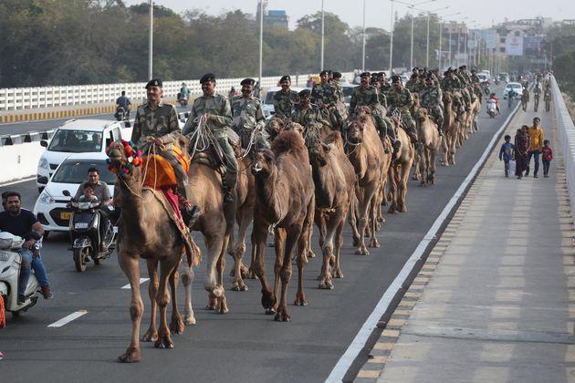 Des forces de sécurité défilent sur la route que doit emprunter le président...