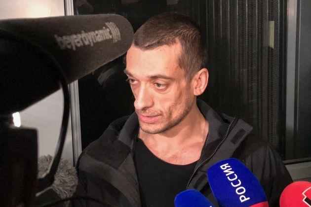 Piotr Pavlenski, ici parlantà la presse alors qu'il quitte le palais de justice de Paris...