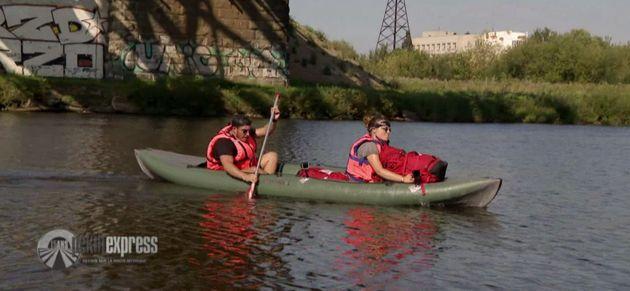 À bord de leur canoë, Julie et Denis ont bien du mal à