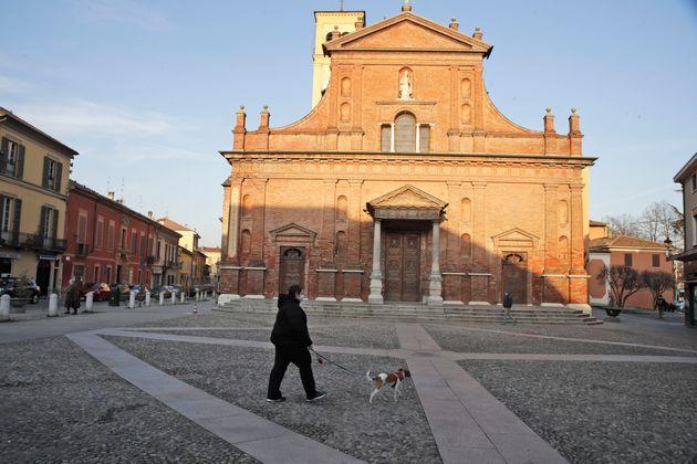 Une personne portant un masque sanitaire dans le centre de Codogno, dans le nord de l'Italie, le 21 février