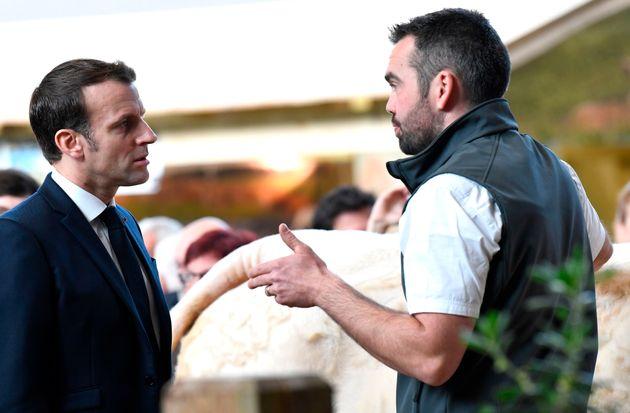 Emmanuel Macron discutant avec un éleveur au Salon de l'Agriculture, samedi 22 février