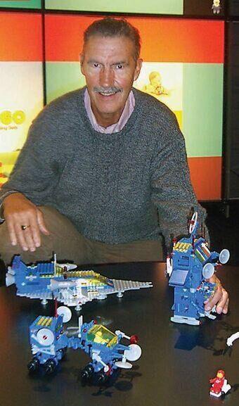 Jens Nygaard Knudsen est l'homme qui inventé la figurine Lego, ce petit personnage jaune aux bras et aux jambes articulés, sans signe distinctif de genre ou d'origine. >>>>> Pour en savoir plus, retrouvez notre article par ici.
