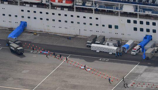 クルーズ船を下船した乗客に陽性反応。船内検査では陰性