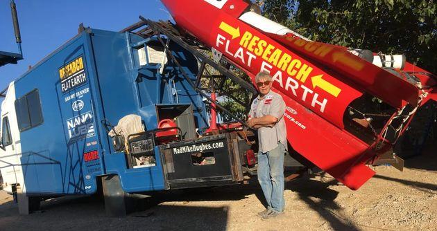 Fervent adhérent à la théorie de la Terre plate, Mike Hughes voulait la prouver en partant dans l'espace...