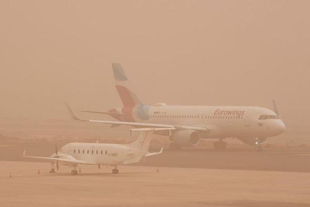 Dos aviones permanecen aparcados en el aeropuerto de Gran Canaria, que ha vuelto a quedar este domingo...