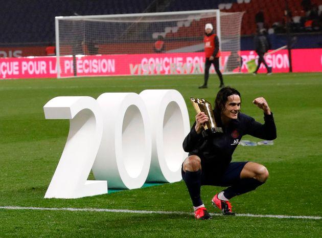 Edinson Cavani pose le 23 février 2020 après avoir marqué son 200e but avec le