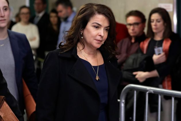 A atriz Annabella Sciorra, conhecida por seu papel em 'Família Soprano', entrando na Suprema Corte...