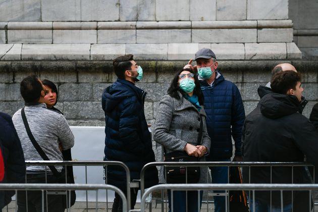 밀라노에서 마스크를 쓴 사람들. 2020. 2.