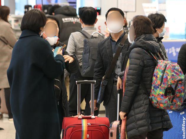 신종코로나바이러스감염증(코로나19)에 대한 우려로 이스라엘행 항공기에 탑승한 뒤 입국을 금지 당한 한국인 관광객들이 23일 오후 인천국제공항을 통해 귀국하고