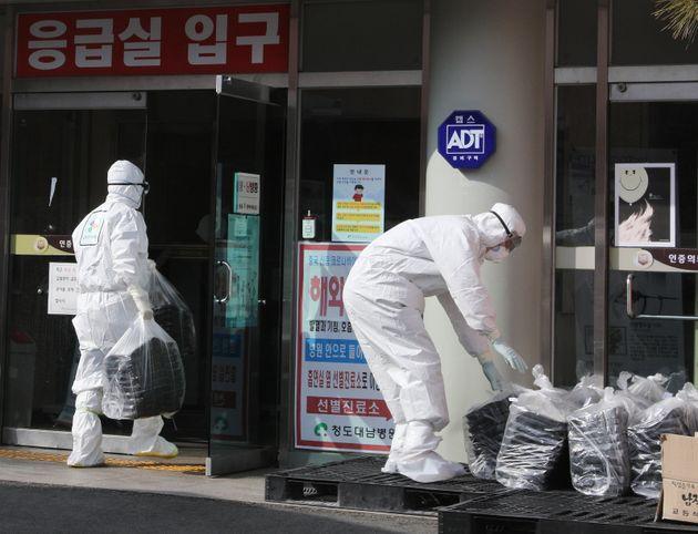 22일 오후 신종 코로나바이러스 감염증(코로나19) 확진자가 107명 발생한 경북 청도군 청도대남병원에서 의료진이 도시락을 옮기고 있다. 청도대남병원은 코로나19 확진자 발생 후 병원이...