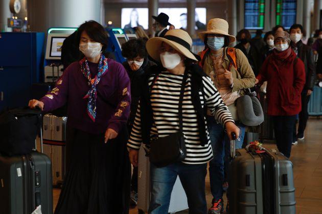 23일(현지시각) 이스라엘 텔아비브 인근 벤구리온 공항에서 한국 관광객들이 마스크를 쓴 채 짐을 챙겨 이동하고