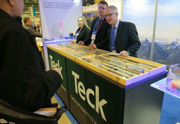 Teck Resourcesの代表者は、Prospectors and Developers Associationでコアサンプルを表示しています...