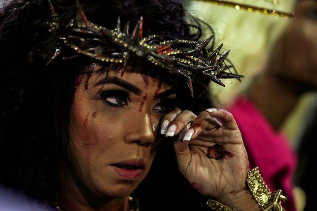 Evelyn Bastos, rainha da bateria da Mangueira, desfilou como Jesus