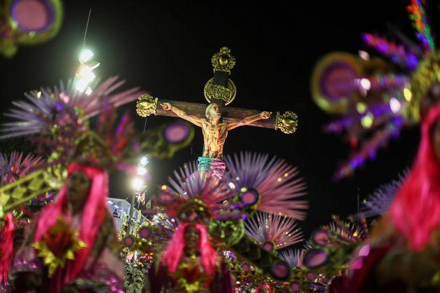 Jesus negro, pobre e favelado fechou o desfile da Mangueira, em seu último carro