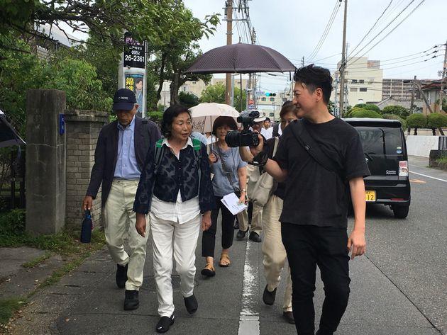 福島県富岡町から避難を続ける深谷敬子さん(左)と堀潤さん