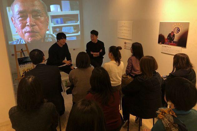 大阪で開催した写真と映像展「分断ヲ手当スルト云フ事」でのギャラリートークの様子