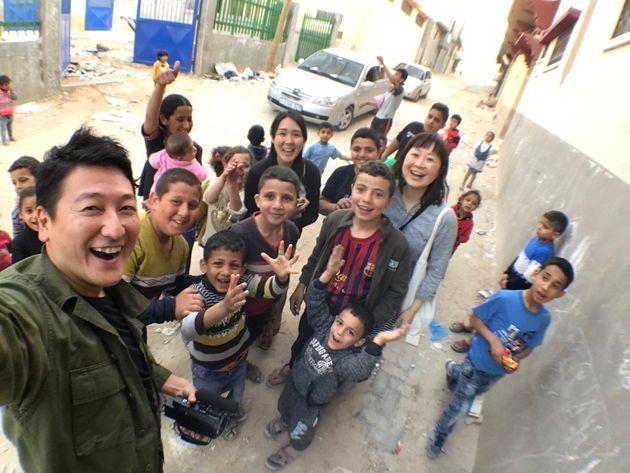 パレスチナ・ガザ地区にて。戦争で破壊された街を取材中、子どもたちが笑顔で集まって来た