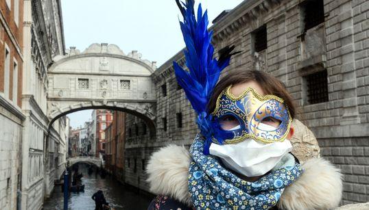 Εικόνες από την τρομαγμένη Ιταλία του κορονοϊού: Οι (χειρουργικές) μάσκες της