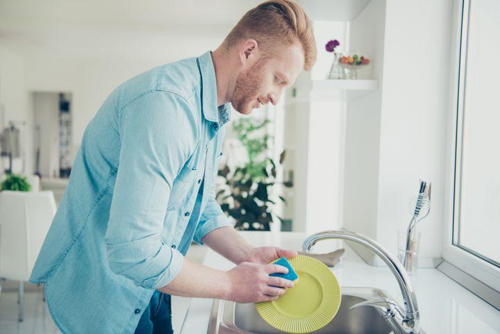 Ανδρας πλένει πιάτα - Φωτό αρχείου.