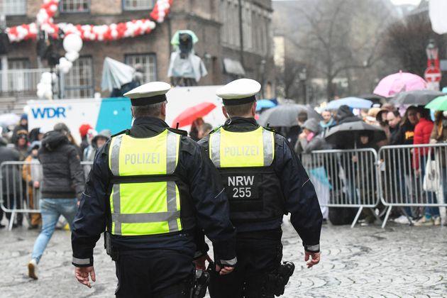 Des policiers à Düsseldorf là l'occasion du lundi des roses, le 24 février