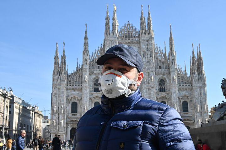 Un turista con una mascarilla en la piazza del Duomo, de Milán.