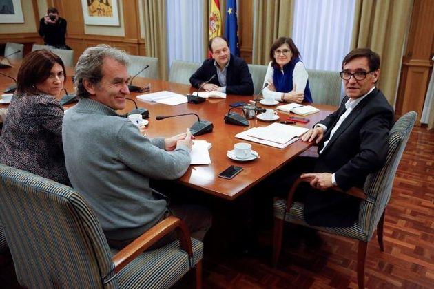 El Ministro de Sanidad, Salvador Illa (d), junto a Fernando Simón (2i), director del Centro de...