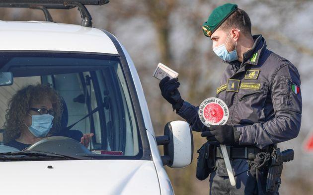 Un agente en Zorlesco (Italia) pide la documentación a una