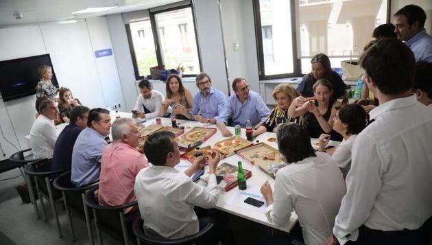 Sáenz de Santamaría y su equipo comiendo pizza durante la campaña de las