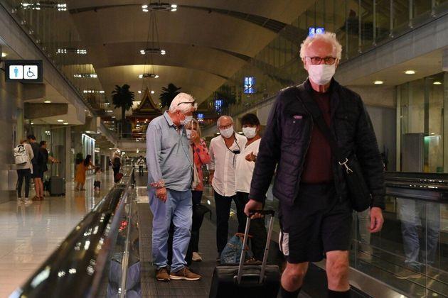 Des voyageurs dans l'aéroport de Bangkok en Thaïlande, le 23 février