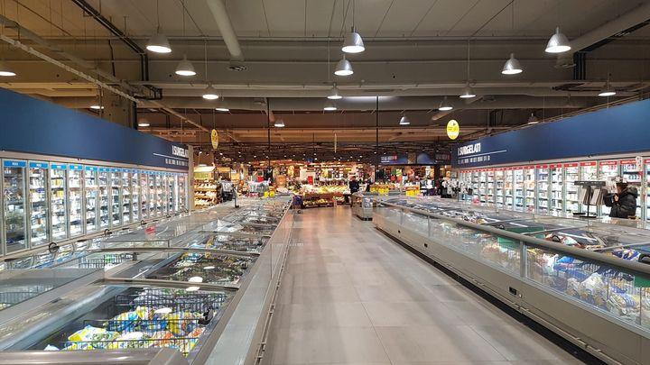 Un supermercado de Carrefour en Carugate, al noroeste de Milán, este domingo por la tarde.