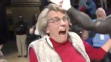 84歳の女性勝新車の一つ一つのパット横断バスケットボールコート