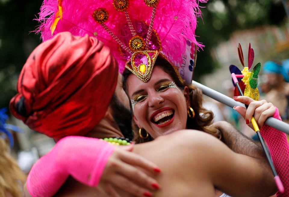"""Participantes dançam durante o desfile de carnaval do grupo """"Mulheres Rodadas"""" no..."""