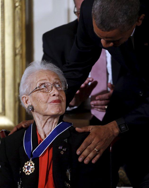 2015년 11월 24일 백악관에서 버락 오바마 당시 미국 대통령으로부터 자유 훈장을 수여받고 있는