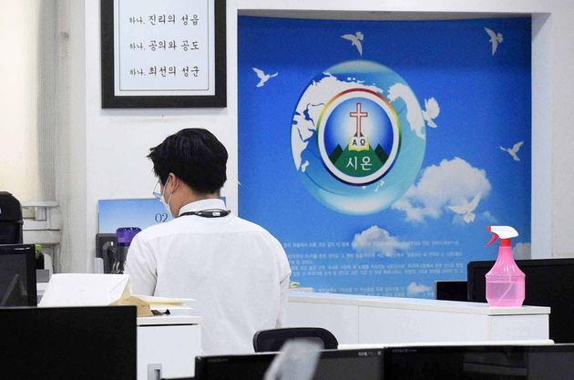 강제역학조사가 진행 중인 과천 신천지 본부. 2020. 2.