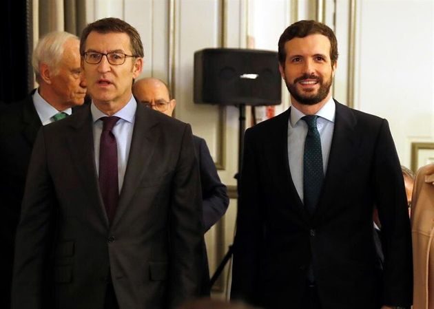 El presidente de la Xunta, Alberto Núñez Feijóo (i), y el líder del Partido Popular, Pablo Casado (d),...