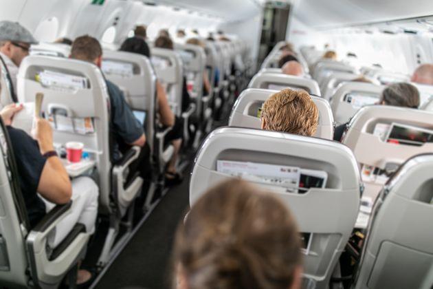 Rissa in cabina: madre ubriaca insulta figlia e altri passeggeri. Il pilota dirotta il