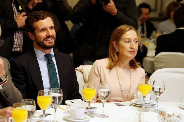 El líder del Partido Popular, Pablo Casado (i), y la vicepresidenta segunda del Congreso, Ana...