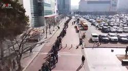 Mascherine a metà prezzo: coda gigantesca nel supermercato in Corea del Sud