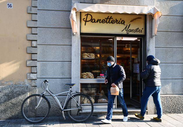 Un hombre sale de una panadería en