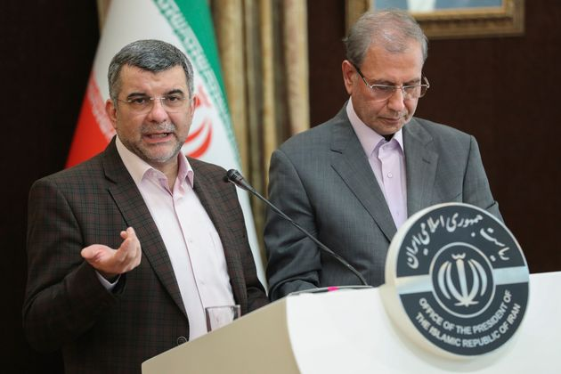 이란 대통령실이 공개한 사진. 코로나19 대책본부 단장을 맡고 있는 이라즈 하리르치 보건부 차관(왼쪽)이 언론 브리핑에서 정부의 코로나19 대응 상황을 설명하고 있다. 그는 다음날...