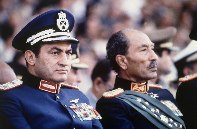 안와르 사다트 이라크 대통령(오른쪽)과 호스니 무바라크 부통령이 군대의 퍼레이드를 참관하고 있다. 이날 행사 도중 이슬람 과격파 군인들이 수류탄을 던지고 총을 난사해 사다트 대통령이...