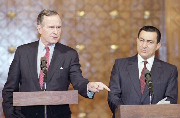 호스니 무바라크 이라크 대통령(왼쪽)이 조지 H.W. 부시 미국 대통령과 '걸프 위기' 관련 회담을 마친 뒤 공동 기자회견을 열고 있다. 카이로, 이집트. 1990년