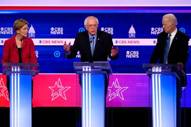 2020 미국 민주당 대선후보 경선 10차 TV토론에서 버니 샌더스(가운데)는 다른 후보들의 집중 공격을 받았다. 찰스턴, 사우스캐롤라이나주. 2020년