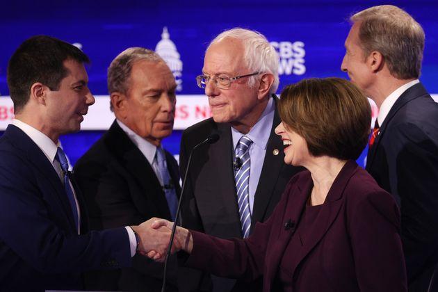 2020 미국 민주당 대선후보 경선 토론회가 끝난 후 후보들이 서로 악수를 나누고 있다. (왼쪽부터) 피트 부티지지, 마이클 블룸버그, 버니 샌더스, 에이미 클로버샤, 톰