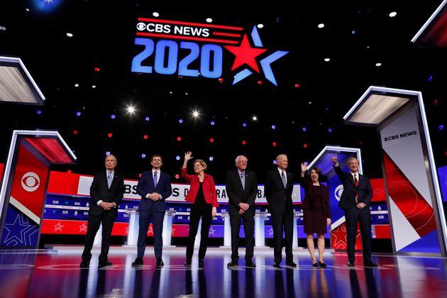 2020 미국 민주당 대선후보 경선 10차 토론회에 참석한 후보자들. (왼쪽부터) 마이클 블룸버그, 피트 부티지지, 엘리자베스 워렌, 버니 샌더스, 조 바이든, 에이미 클로버샤, 톰...