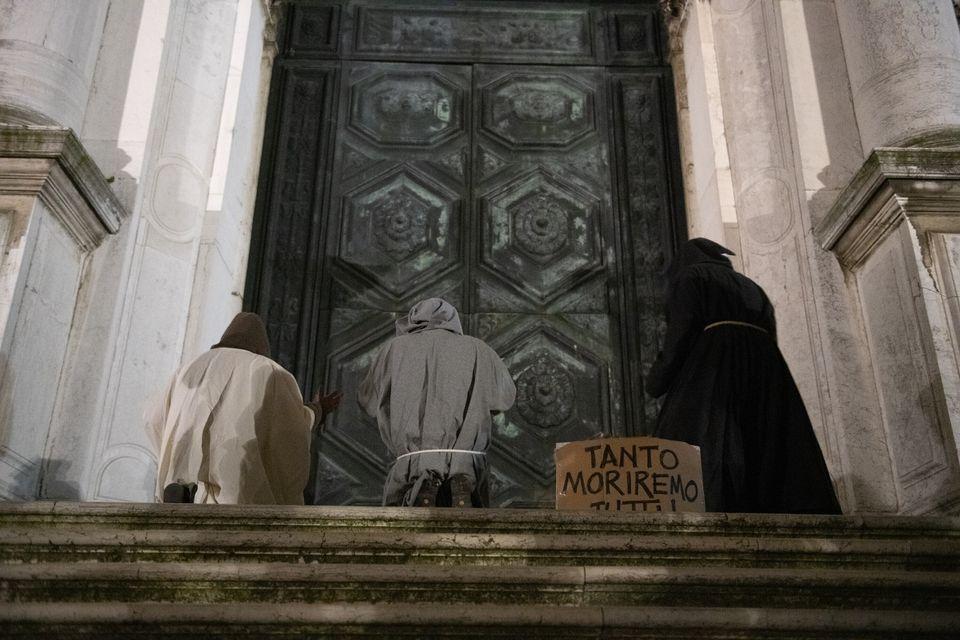 Οι «Γιατροί της Πανούκλας» στους δρόμους της Βενετίας - Μαύρο χιούμορ κατά